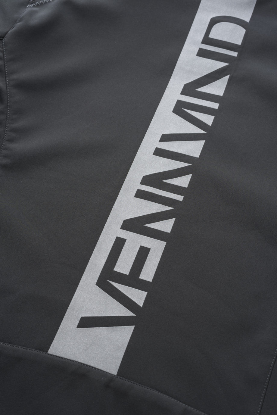 SOFTSHELL CLOSEUP VENNVIND LOGO ON THE BACK